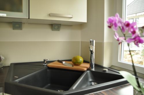 k chenfliesen in einfamilienhaus fliesen naturstein. Black Bedroom Furniture Sets. Home Design Ideas